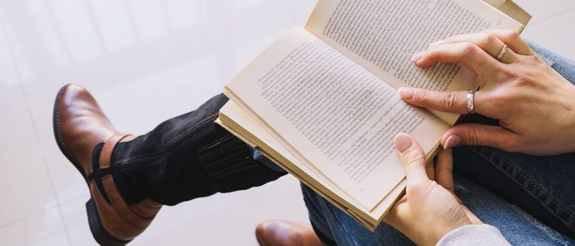 Barbat citeste o carte