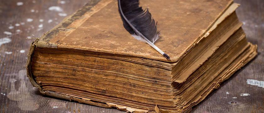 Carte veche cu pana de scris