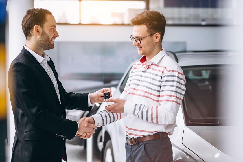 Barbat cumpara autoturism